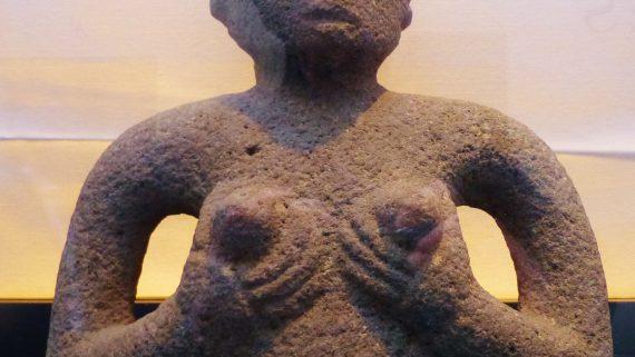 une statue antique impressionante